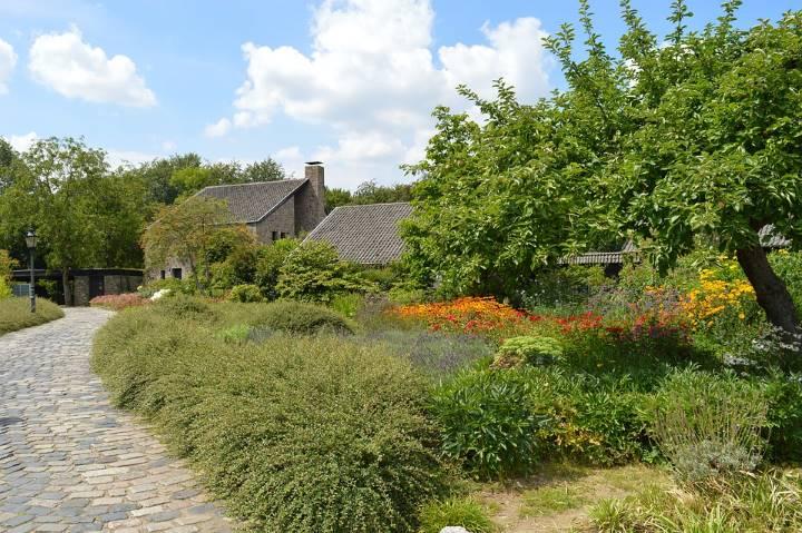 Natural new perennial garden style